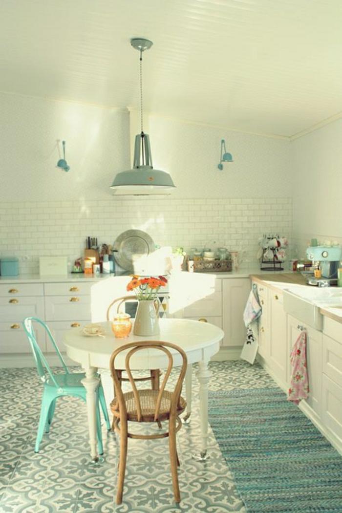 cuisine-pleine-de-lumière-tapis-bleu-ciel-mur-blanc-de-briques-blancs-lustre-bleu-ciel