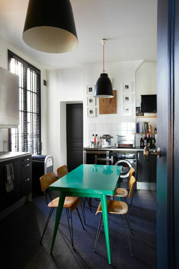 cuisine-porte-noir-table-haute-de-cuisine-verte-lustre-de-cuisine-carrelage-gris-noir