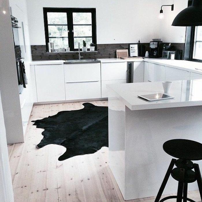 cuisine-tapis-en-peau-noir-fenetres-noirs-meuble-blanc-de-cuisine-lumière