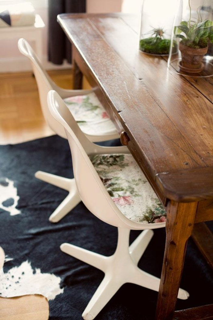 cuisine-tapis-en-peau-tapis-vache-peau-banc-noir-chaise-plastique-blanche-table-en-bois