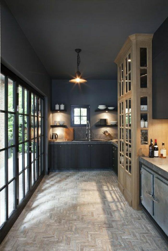 cuisine-taupe-aménagement-de-cuisine-meubles-taupes-plafond-taupe-gris-noir-mur-en-fenetres