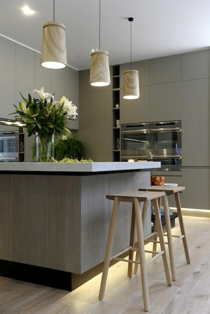 cuisine-taupe-bar-de-cuisine-haute-taupe-fleurs-sur-le-bar-lustre-blanc-chaise-de-bar-en-bois