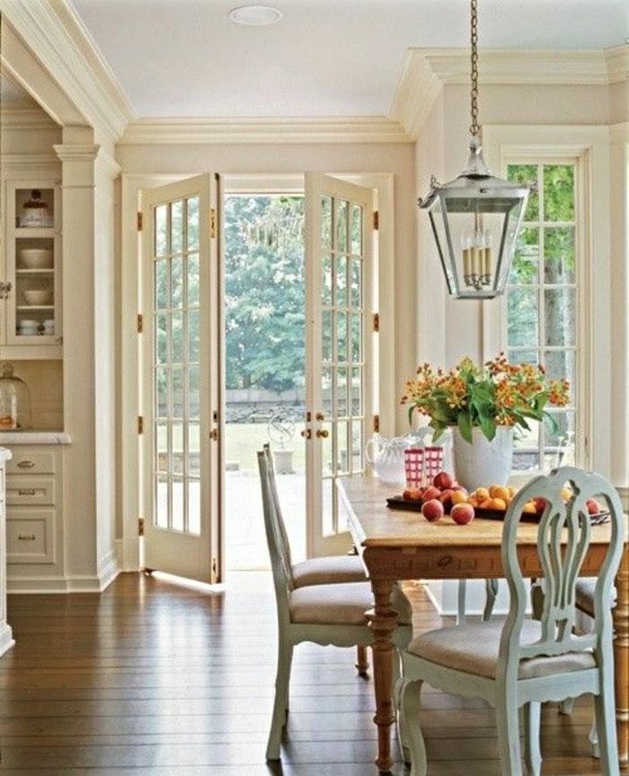 cuisine-vaste-sol-en-parquet-porte-d-entrée-plafond-blanc-belle-vue-jardin