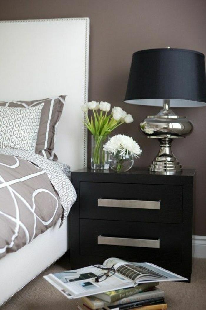 déco-taupe-chambre-a-coucher-mur-taupe-fleurs-table-de-chevet-en-bois-taupe-lampe-de-chevet