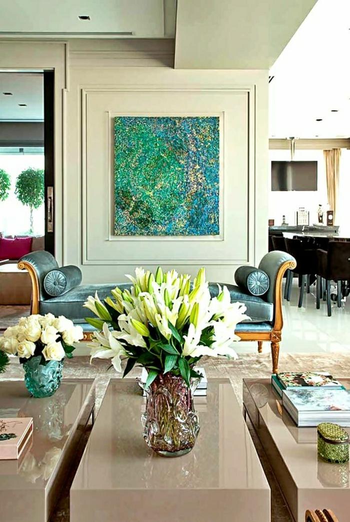 décoration-bleu-ciel-fleur-salon-table-de-salon-beige-décoration-murale-canapé-bleu-roi
