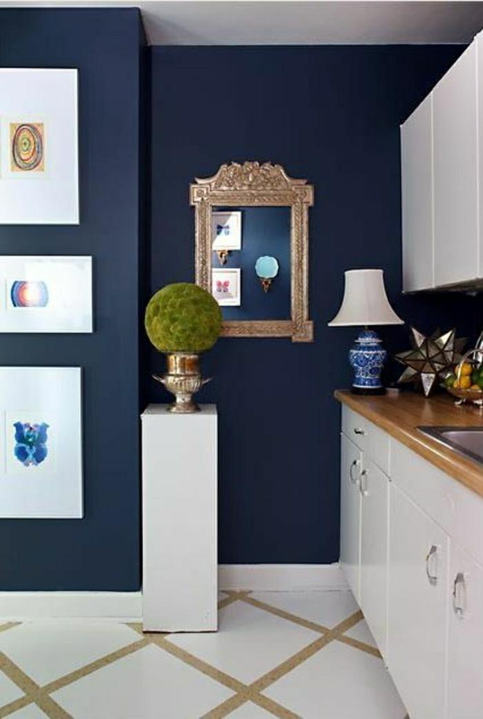décoration-marine-dans-votre-maison-couloir-de-style-marin-mur-bleu-miroir-décoratif
