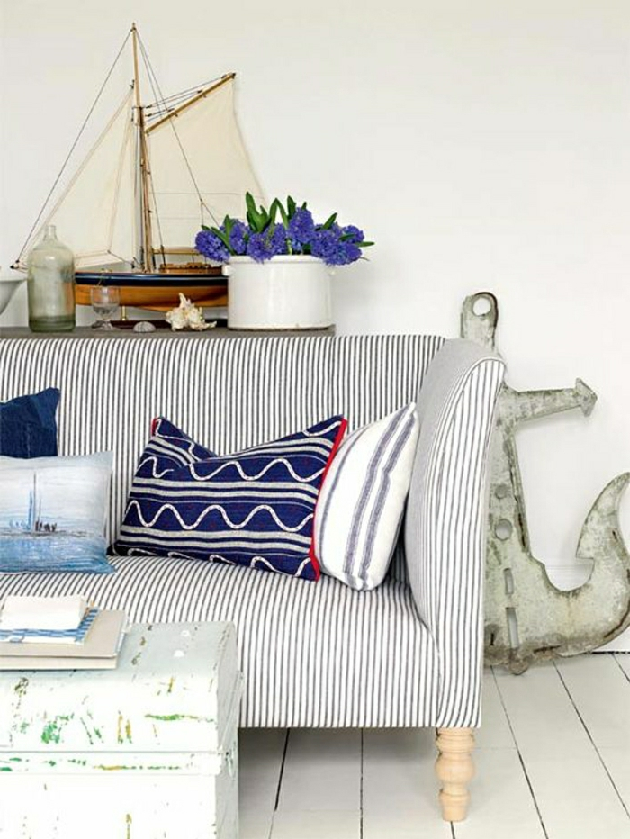 décoration-marine-salon-de-style-marin-canapé-marin-blanc-bleu-bateau-décoratif