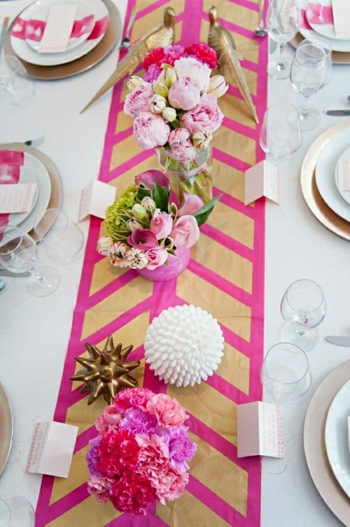 décoration-table-chemin-de-table-rose-fleurs-sur-la-table-nappe-blanche-en-tissu