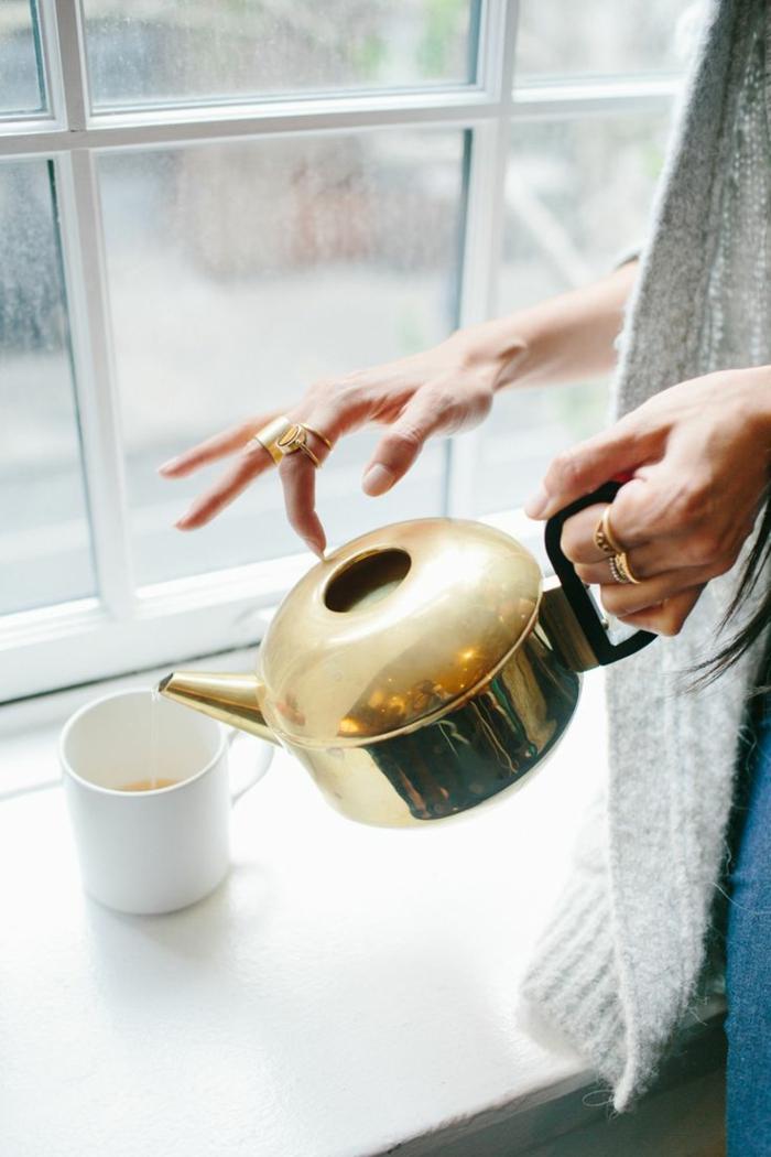 dans-la-cuisine-une-theiere-électrique-dorée