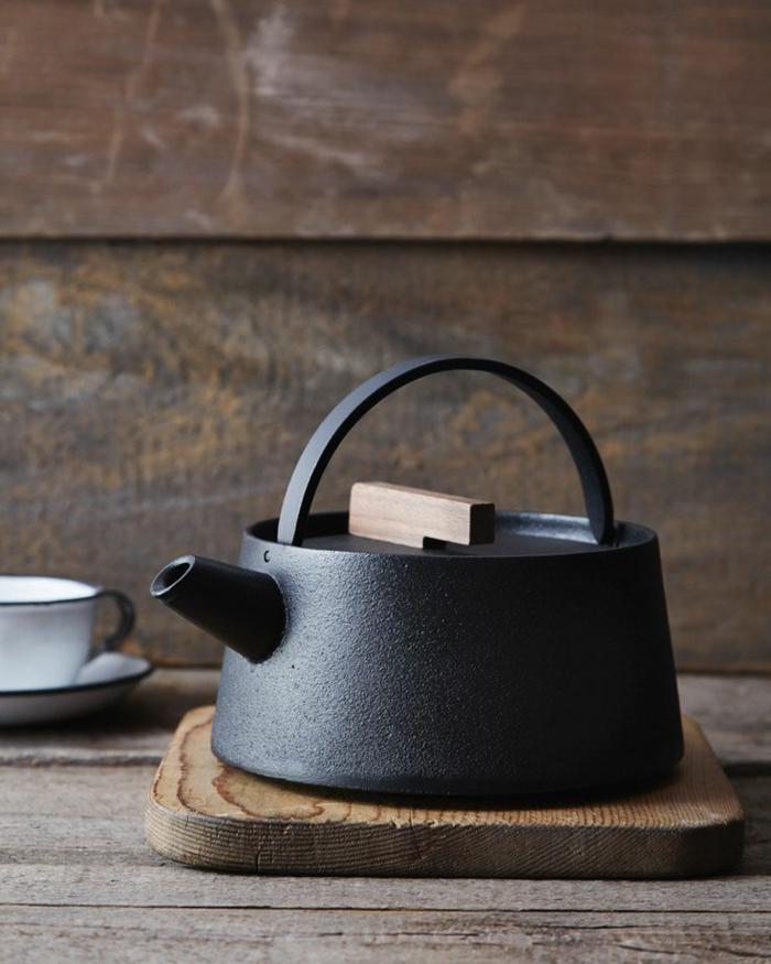 dans-la-cuisine-une-theiere-électrique-jolie-noir