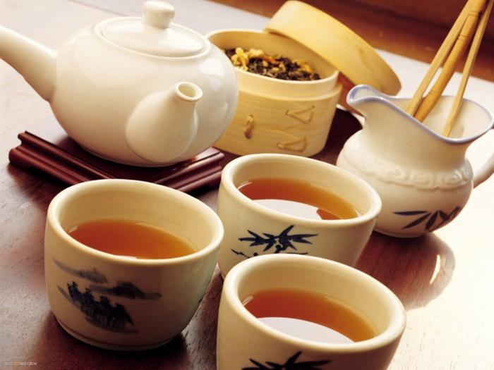 dans-la-cuisine-une-theiere-électrique-tasses-cérémonie-japonaise