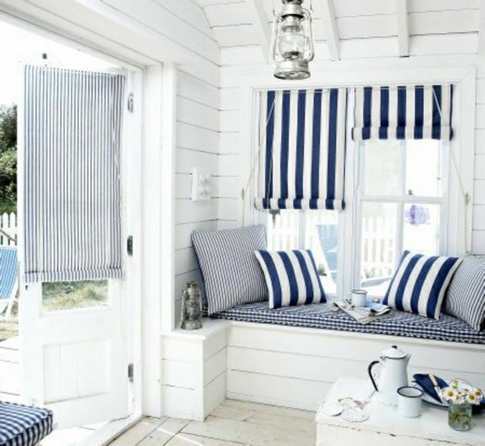 deco-maison-bord-de-mer-style-marin-décoration-marine-canapé-blanc-bleu-coussins-décoratifs-marins