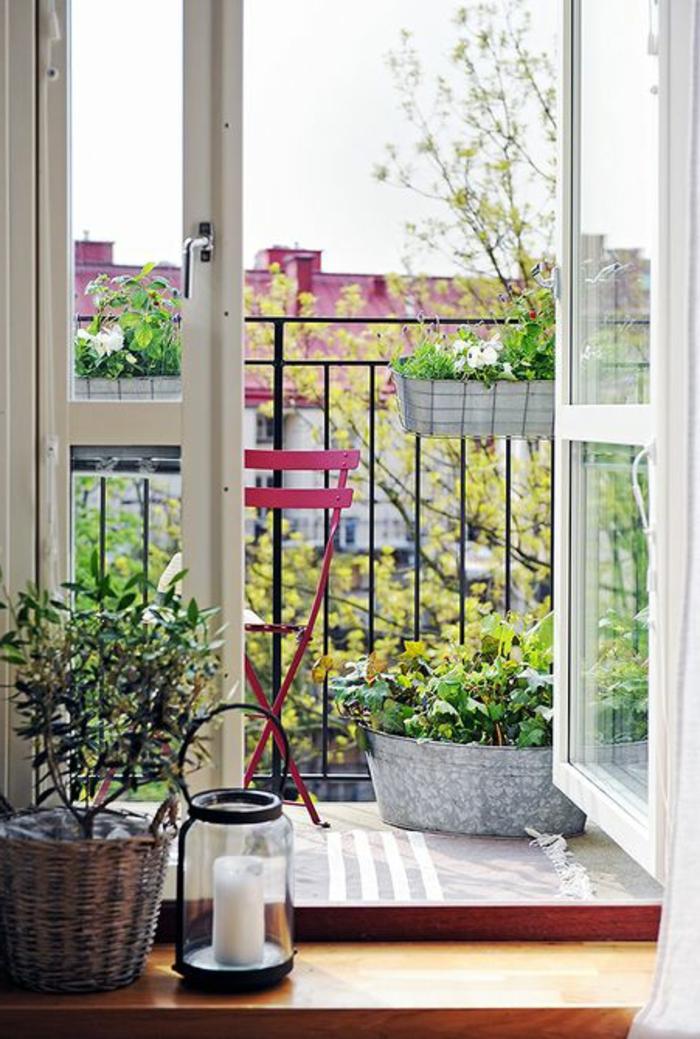 deco-terrasse-chaise-de-terrasse-en-fer-rouge-balcon-belle-vue-fleurs