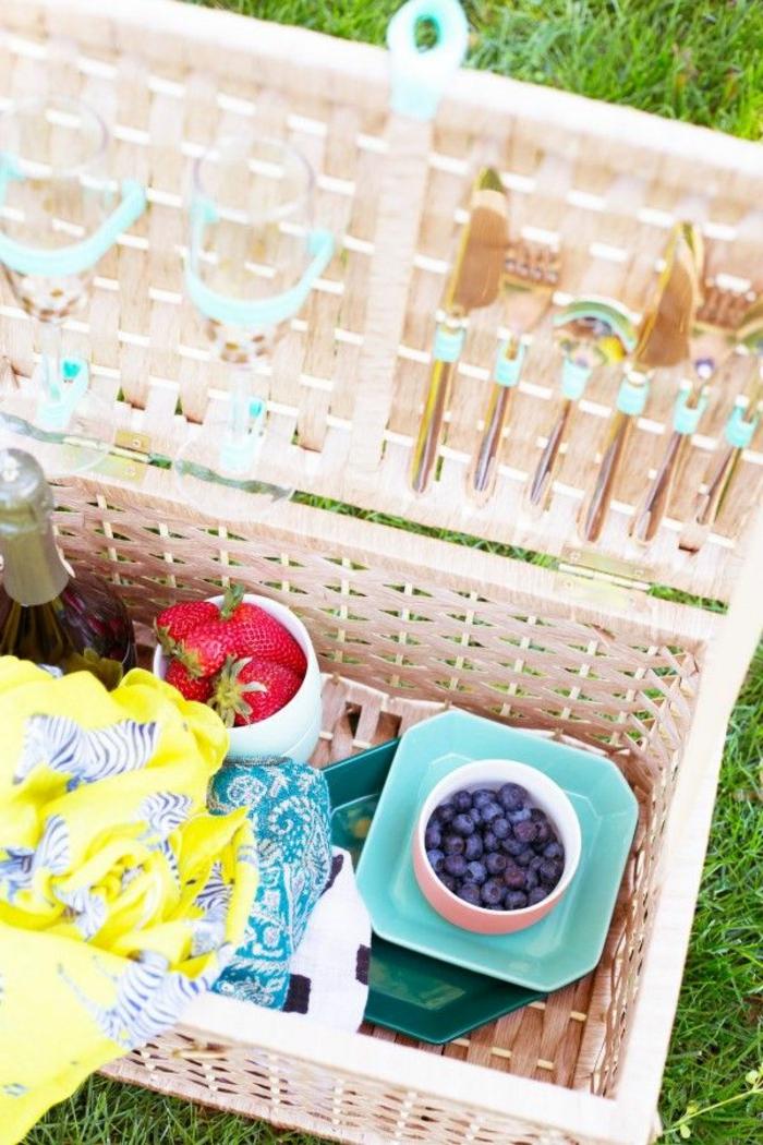 decoration-avec-panier-de-pique-nique-fruits