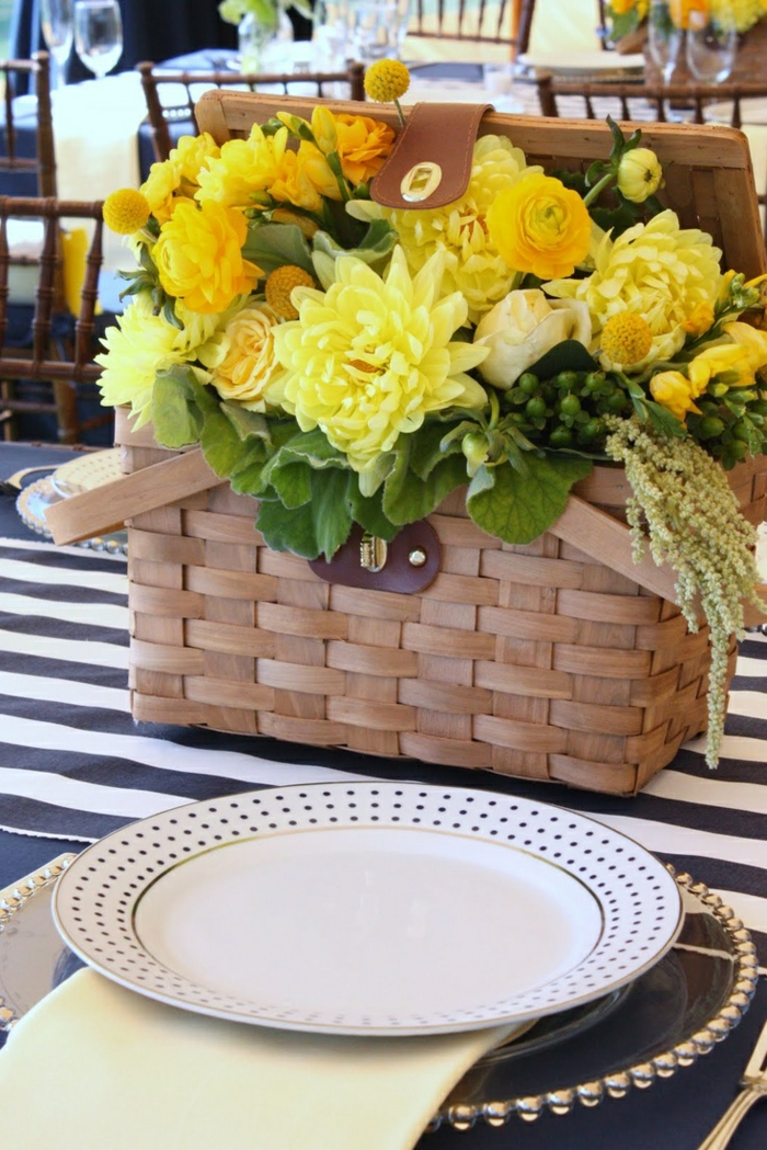 decoration-avec-panier-de-pique-nique-vase-fleurs