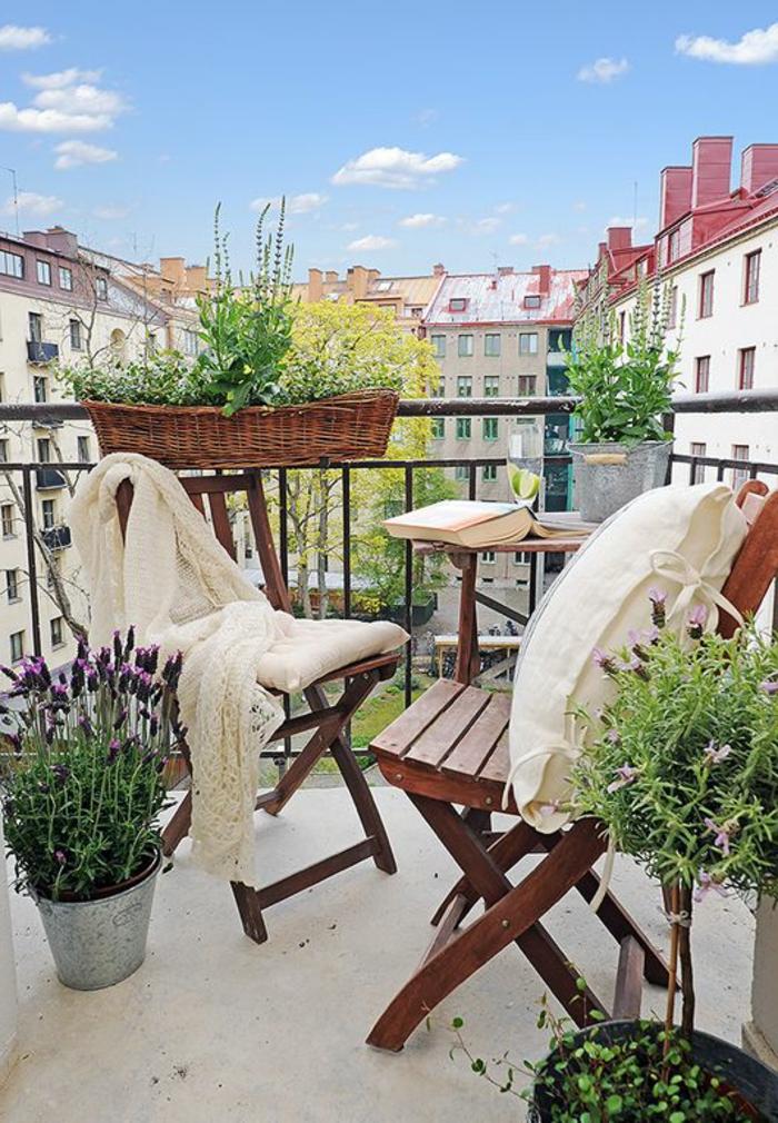 decoration-terrasse-fleurs-verts-balcon-belle-vue-chaises-en-bois-pour-la-terrasse