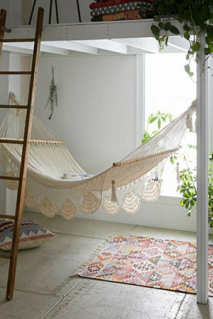 descente-de-lit-a-coloré-mur-beige-chaise-hamak-escalier-en-bois-chambre-insolite