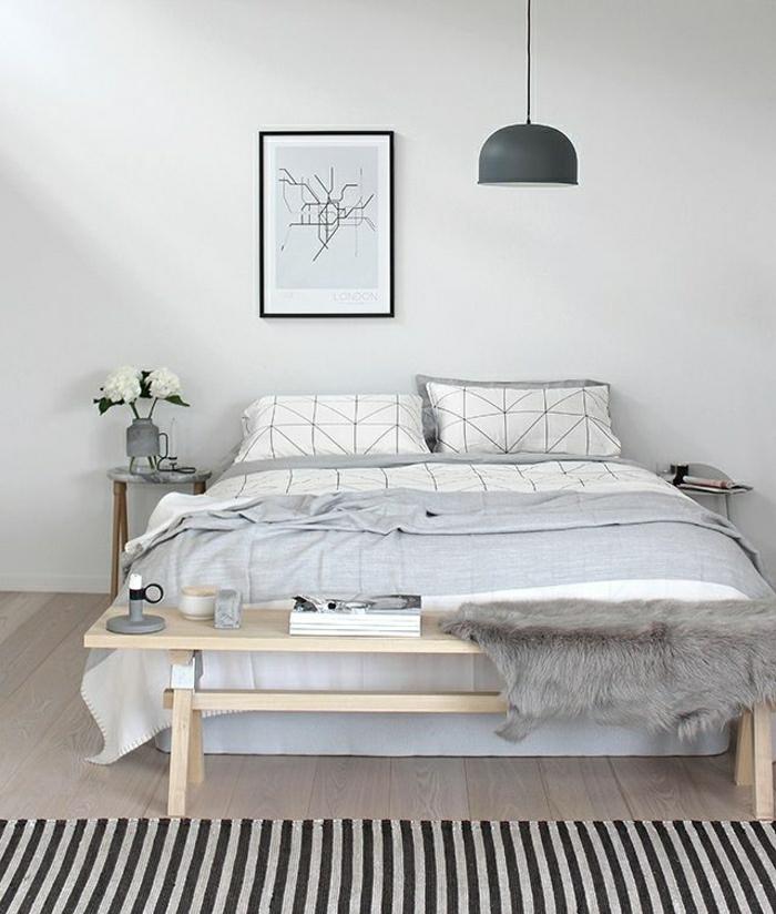 descente-de-lit-a-rayures-fleurs-sur-la-table-de-chevet-en-bois-mur-blanc-peinture