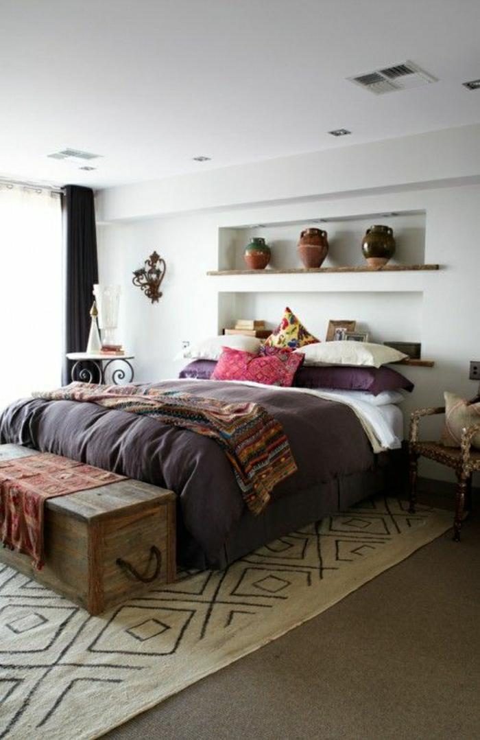 descente-de-lit-beige-chambre-a-coucher-coussins-colorés-mur-blanc-plafond-blanc
