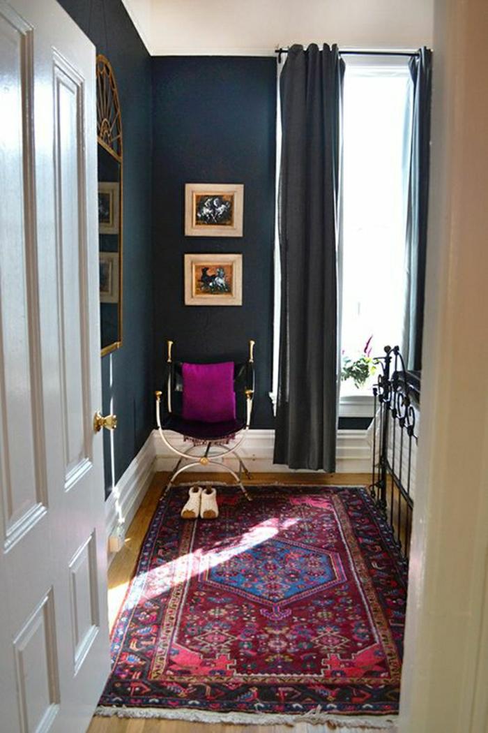 descente-de-lit-coloré-chambre-a-coucher-porte-en-bois-blanc-mur-gris-bleu