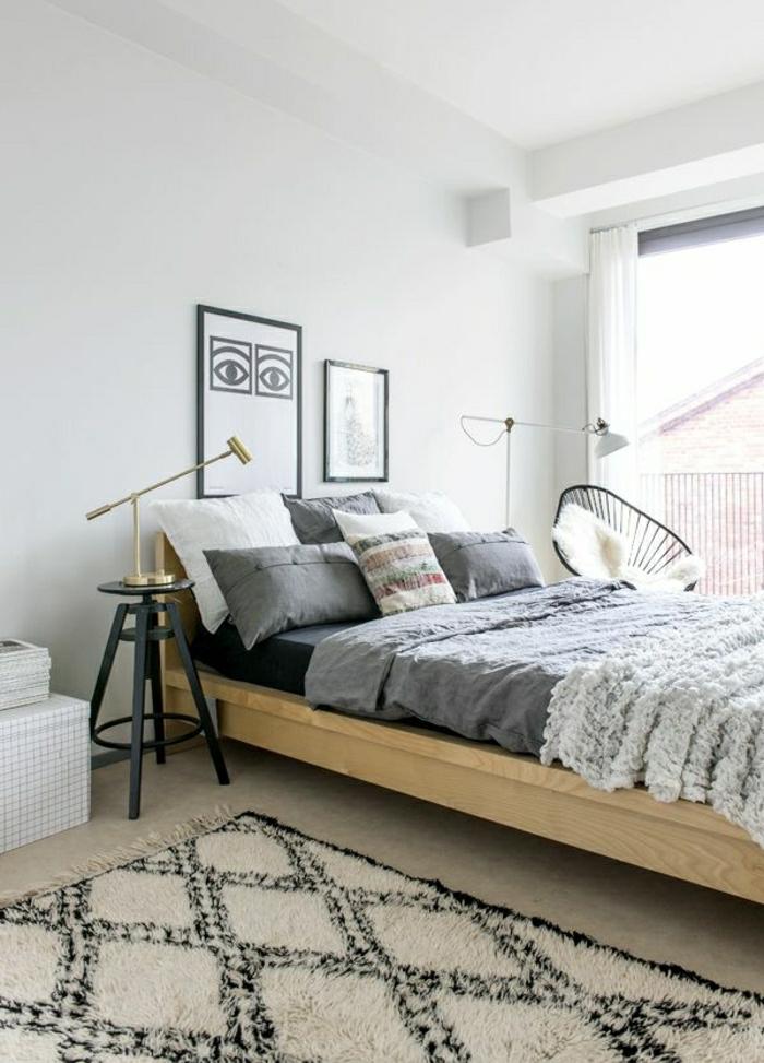 descente-de-lit-gris-coussins-blanc-gris-linge-de-lit-gris-mur-blanc-peintures