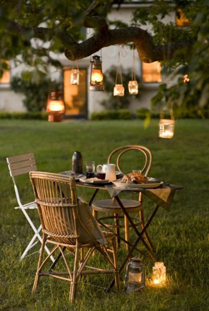 eclairage-de-jardin-avec-luminaires-extérieurs-jardin-décoration-pelouse-verte