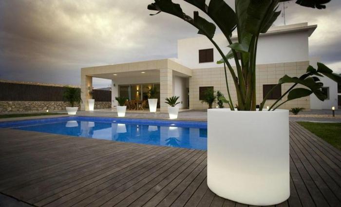Jolie maison moderne avec piscine et pot lumineux sauvegarder eclairage jardin pot de fleur lumineux