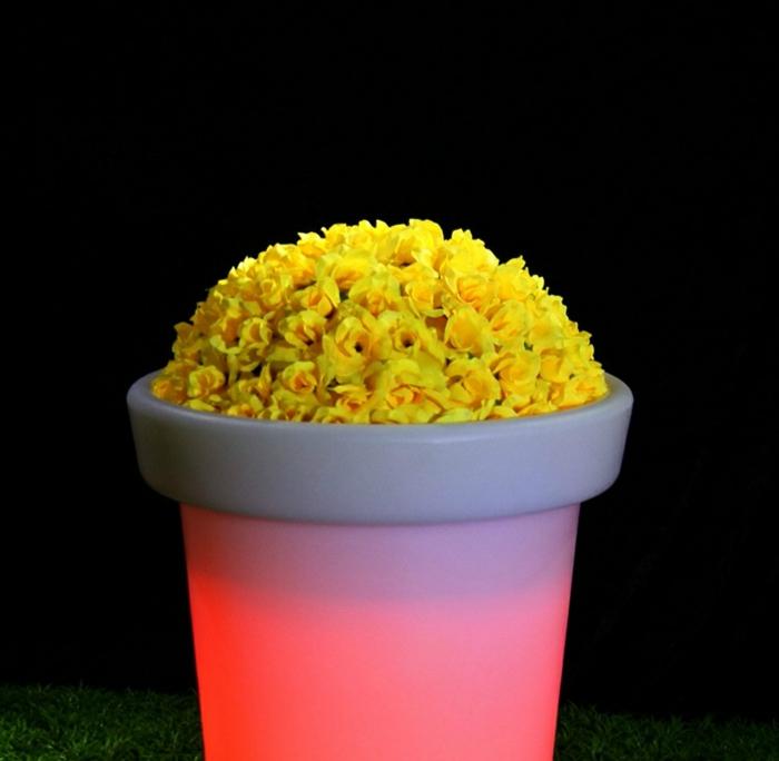 eclairage-jardin-pot-de-fleurs-lumineux -rose-fleurs-jaunes