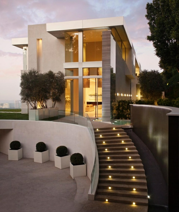 escalier-avec-luminaires-extérieurs-maison-moderne-contemporain-fenetre-grande