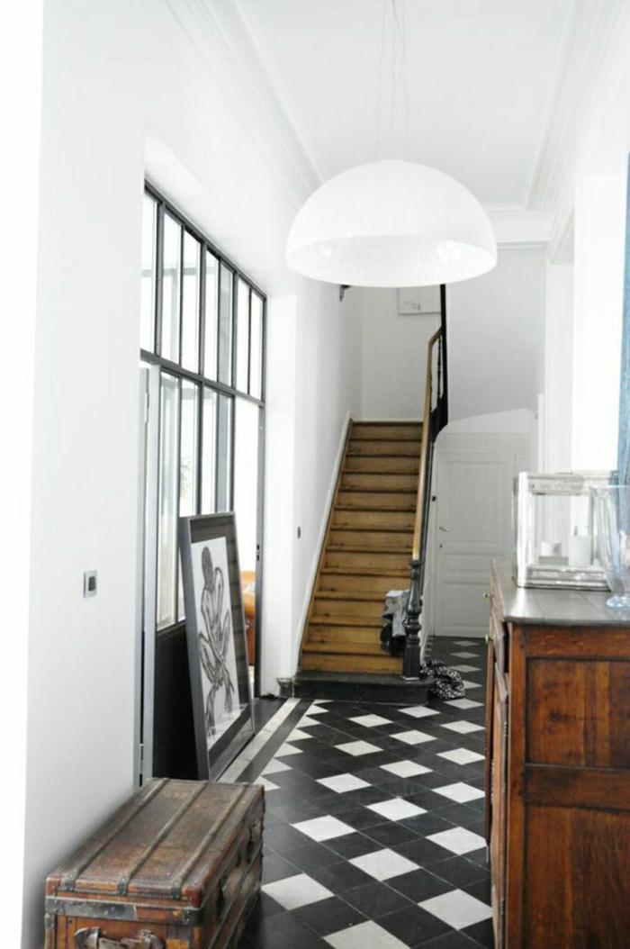 escalier-en-bois-carrelage-blanc-noir-mur-blanc-lustre-blanc-meubles-en-bois-foncé