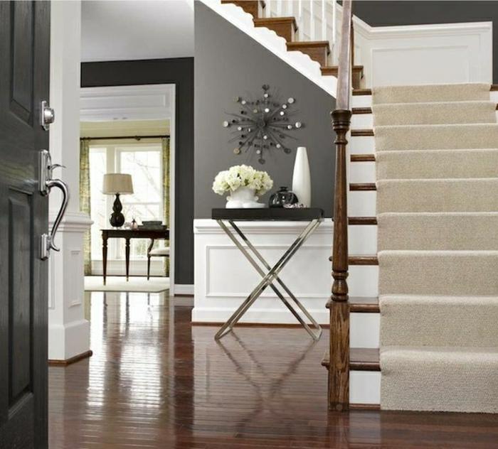 escalier-en-bois-console-d-entrée-sol-en-parquet-foncé-fleurs-sur-le-meuble-d-entré