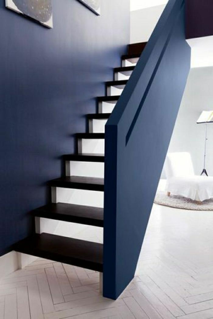 escalier-marin-de-style-marin-décoration-marine-blanc-bleu-idée-mur-bleu