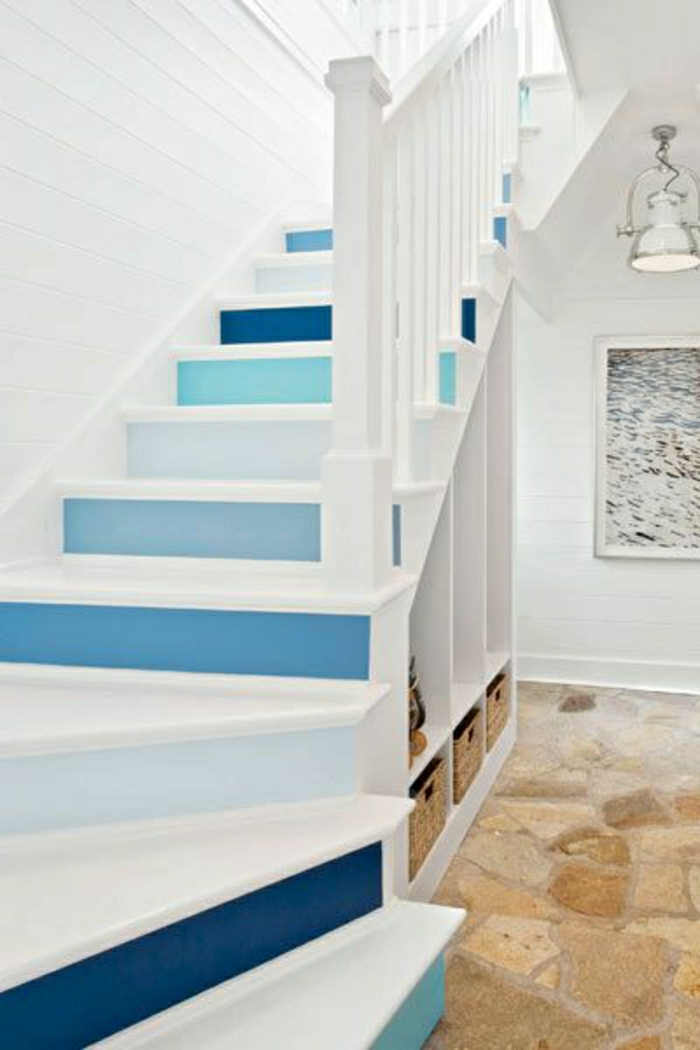escalier-marin-de-style-marin-décoration-marine-blanc-bleu-idée