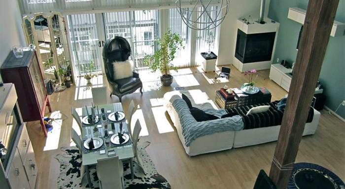 esprit-loft-appartement-atypique-belle-vue-chaise-en-cuir-noir-coussin-blanc-tapis-peau-d-animal