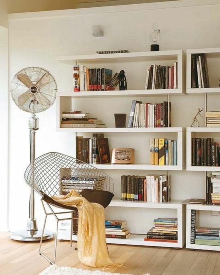 etagere-en-bois-blanc-murale-livres-chaise-en-forme-d-oeuf-sol-en-parquet-tapis-blanc