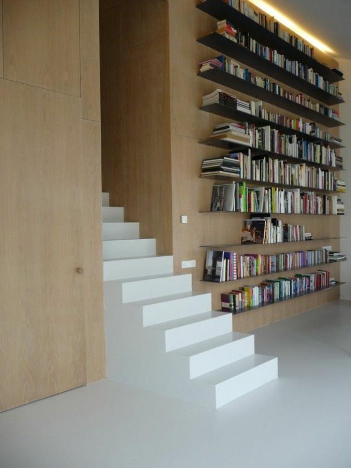 etagere-en-bois-foncé-mur-en-bois-escalier-blanc-sol-en-lin-blanc-mur-en-bois-meubles-en-bois