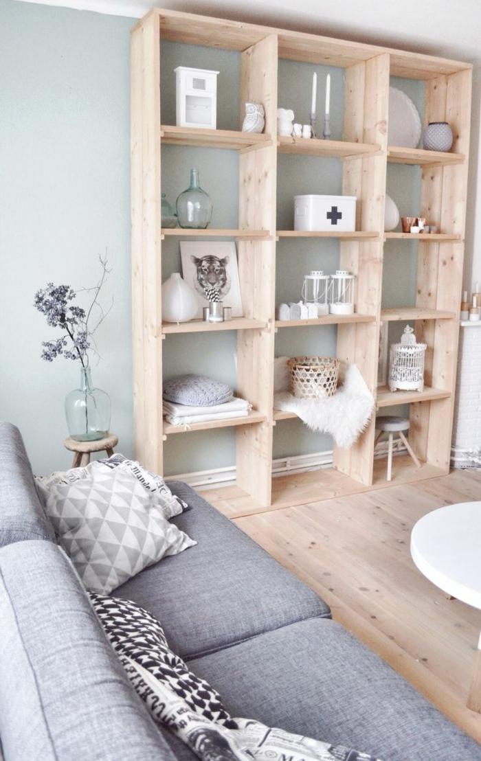 etagere-murale-cube-mur-gris-salon-etagere-en-bois-canapé-gris-décoration-murale