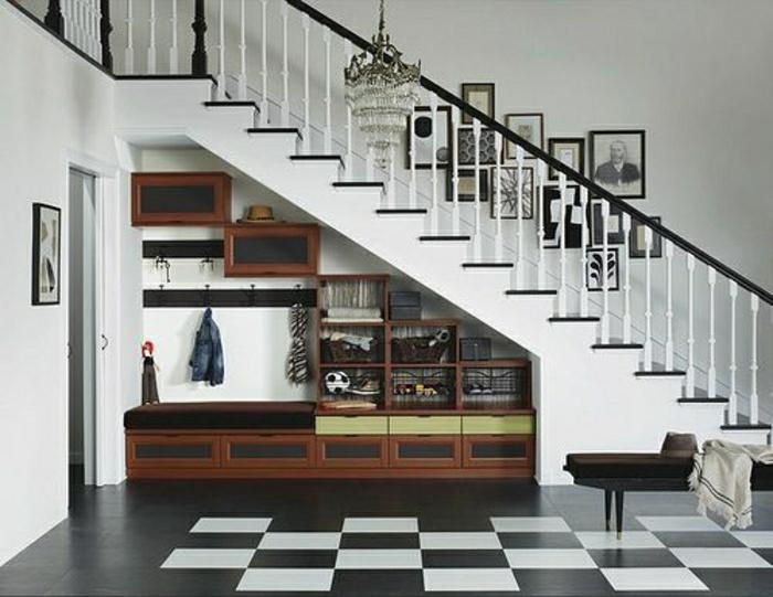 etagere-sous-escalier-en-bois-foncé-carrelage-blanc-noir-rangement-escalier-aménagement-sous-escalier