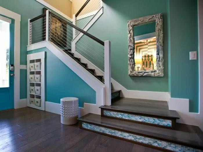 etagere-sous-escalier-placard-sous-escalier-mur-bleu-couloir-sol-en-parquet-aménagement-sous-pente
