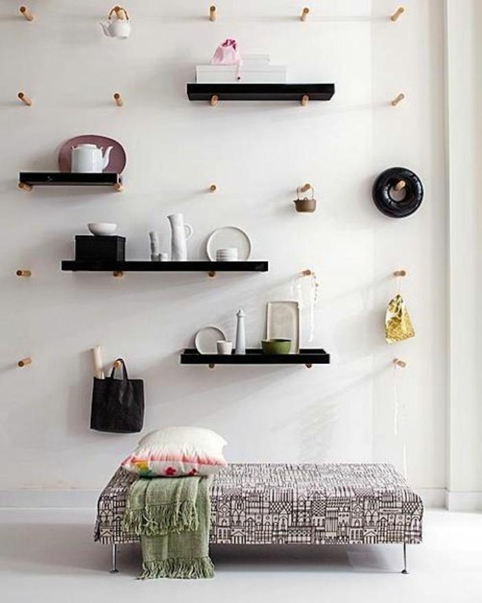 etageres-designes-murales-noirs-lit-chambre-a-coucher-insolite-couverture-de-lit-grise