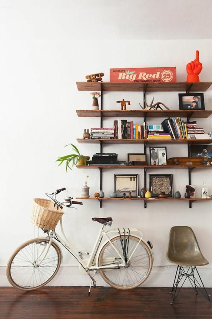 etageres-murales-design-en-bois-bibliothèque-en-bois-livres-décoration-murale-vélo