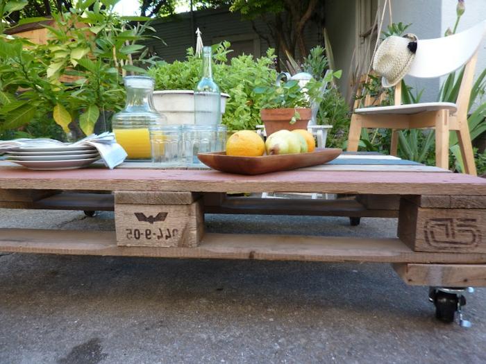 Utilisation de la table basse en palette dans le jardin