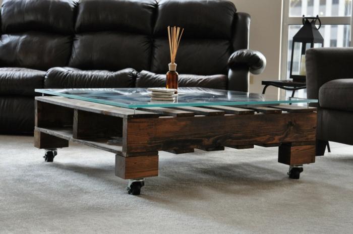 faire-une-table-basse-en-palette-salon-canape-en-cuir