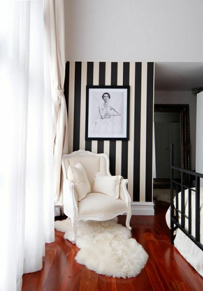 fauteuil-blanc-sol-en-lin-imitant-le-parquet-mur-a-rayures-blanc-noir-rideaux-longs
