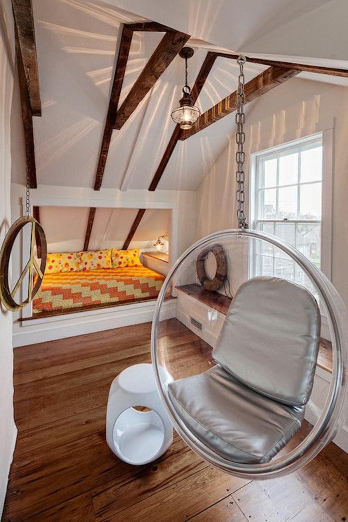 fauteuil-boule-acrylique-dans-une-chambre-à-coucher-attique