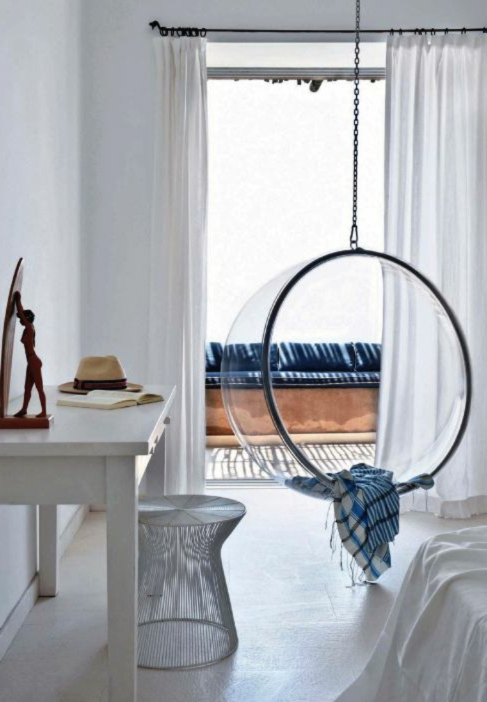 fauteuil-boule-acrylique-dans-une-chambre-blanche