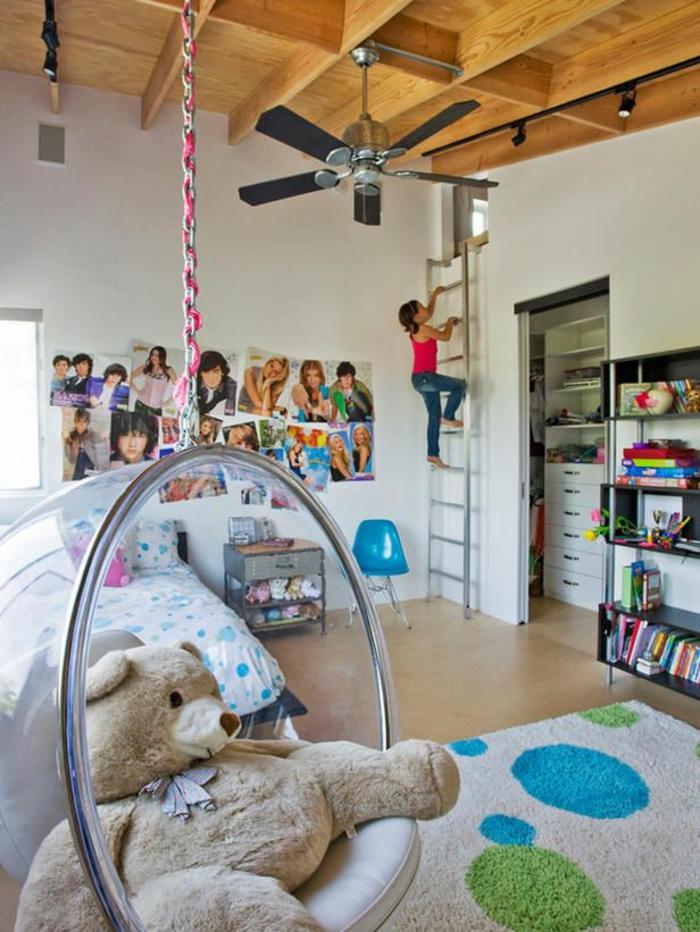 fauteuil-boule-acrylique-faux-plafond-en-bois