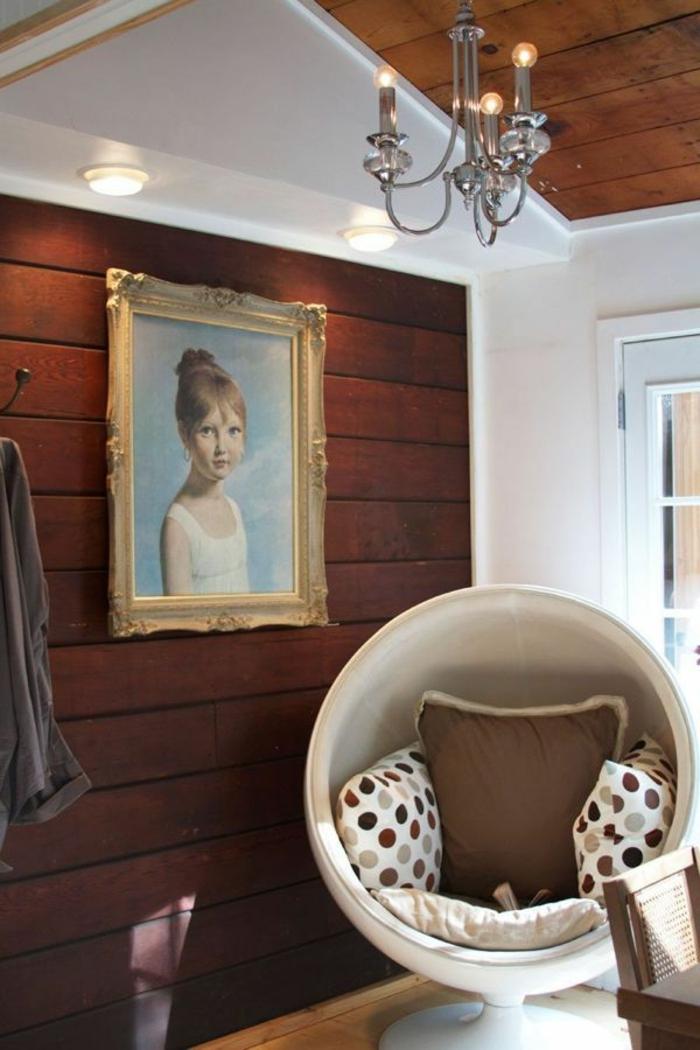 fauteuil-boule-chaise-futuriste-dans-une-salle-rustique