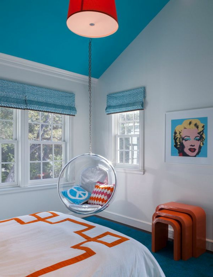 fauteuil-boule-chambre-à-coucher-en-rouge-et-bleu