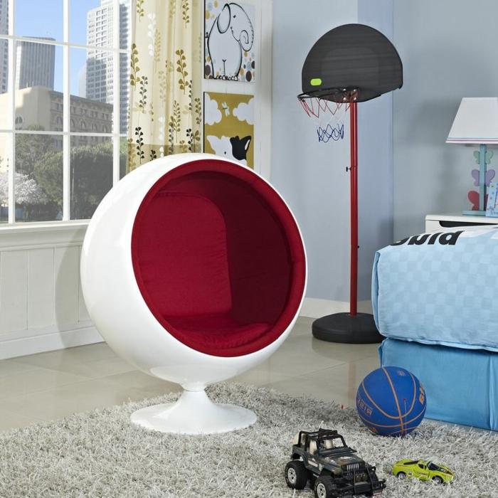 fauteuil-boule-en-rouge-et-blanc-sur-un-tapis-beige